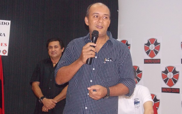 Roberto Fernandes fez o primeiro discurso como presidente do Moto Club (Foto: Bruno Alves)