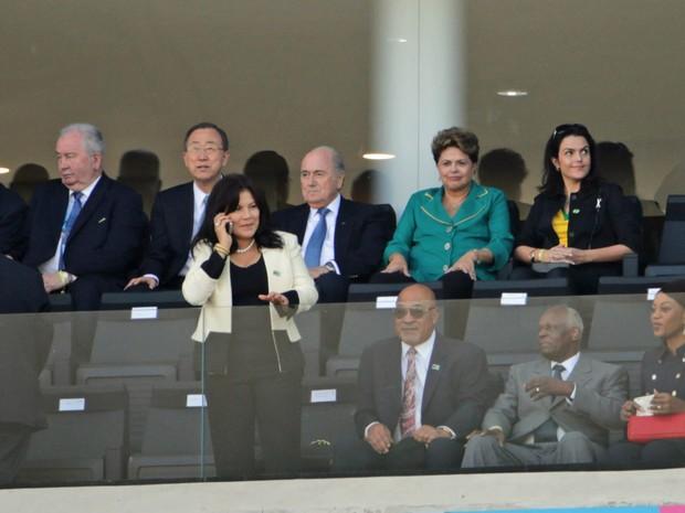 A presidente Dilma Rousseff, de verde, acompanha a cerimônia de abertura ao lado do presidente da Fifa, Joseph Blatter, na Arena Corinthians (Foto: Nilton Fukuda/Estadão Conteúdo)