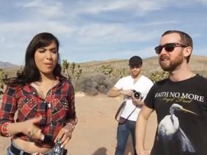 Anitta e o diretor Blake Farber conversam no intervalo das gravações de 'Meiga e abusada' (Foto: Divulgação)