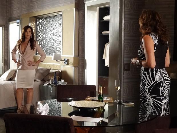 Lívia conta para Wanda como foi a conversa com a delegada (Foto: Salve Jorge/ TV Globo)