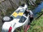 Viatura policial cai dentro de canal após perseguição em Praia Grande