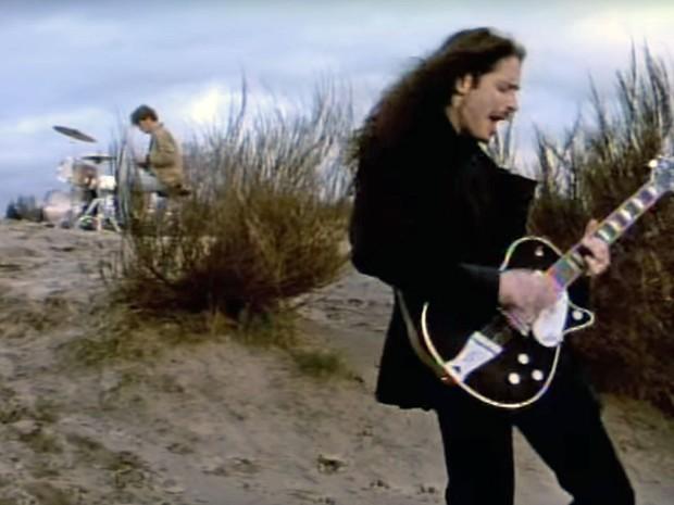 Chris Cornell e Matt Cameron em cena do clipe de 'Hunger strike', de Temple of the Dog (Foto: Reprodução/YouTube/TempleOfTheDogVEVO)