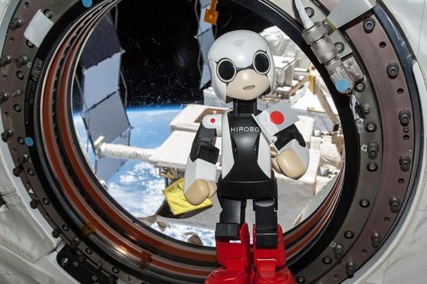 Kirobo, robô astronauta japonês, 'posa' para foto em Estação Espacial Internacional (ISS). (Foto: AFP Photo)