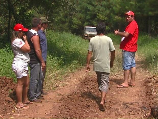 Integrantes do MST mostram local onde trabalhadores sem-terra foram mortos pela polícia em Quedas do Iguaçu (PR) (Foto: Reprodução / RPC)