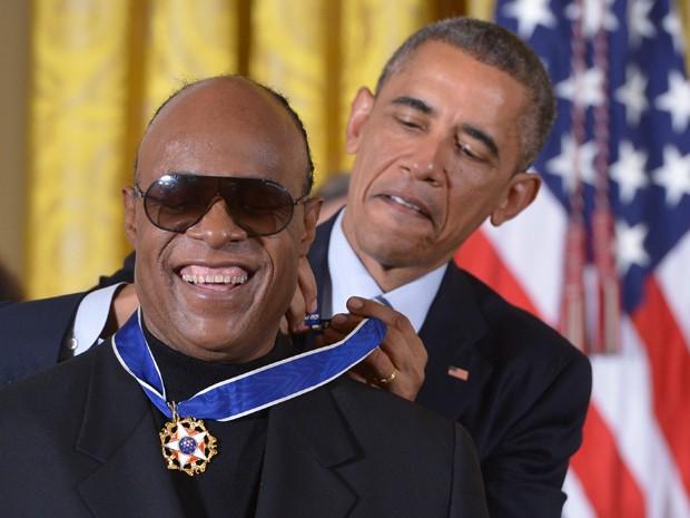 Obama entrega medalha da Liberdade a Stevie Wonder na Casa Branca nesta segunda-feira (24) (Foto: AFP /Mandel NGAN)