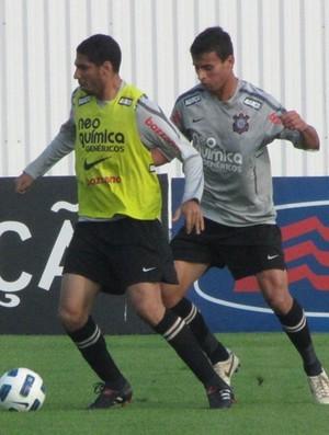 Atacante Maurílio (à direita), ex-Corinthians, reforça o Estrelão (Foto: Carlos Augusto Ferrari / Globoesporte.com)