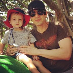 O ilusionista Criss Angel com o filho, Johnny (Foto: Reprodução/Instagram)