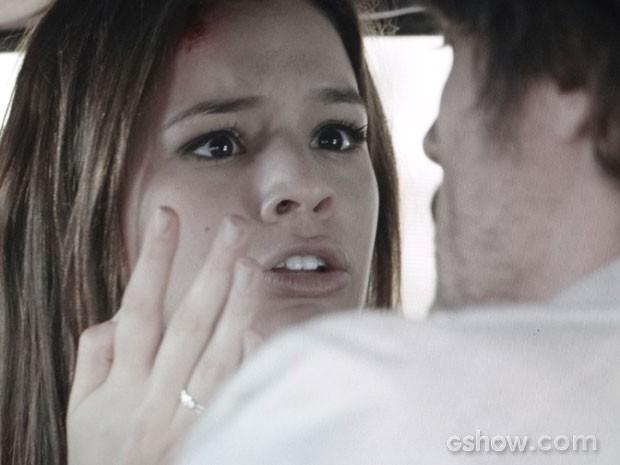 Laerte freia bruscamente e Helena se machuca  (Foto: Em Família / TV Globo)