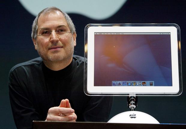 Steve Jobs durante apresentação dos lançamentos da Apple na MacWorld em 2002 (Foto: Koichi Kamoshida/Getty Images)