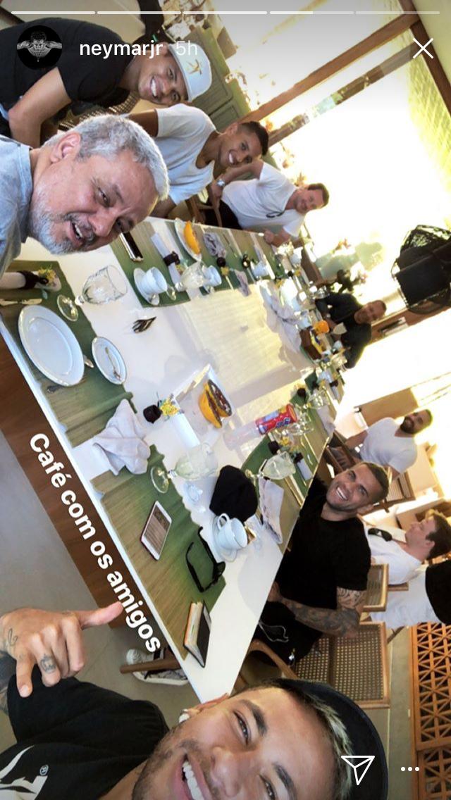 O jogador reuniu amigos para um café da manhã animado (Foto: reprodução/instagram)