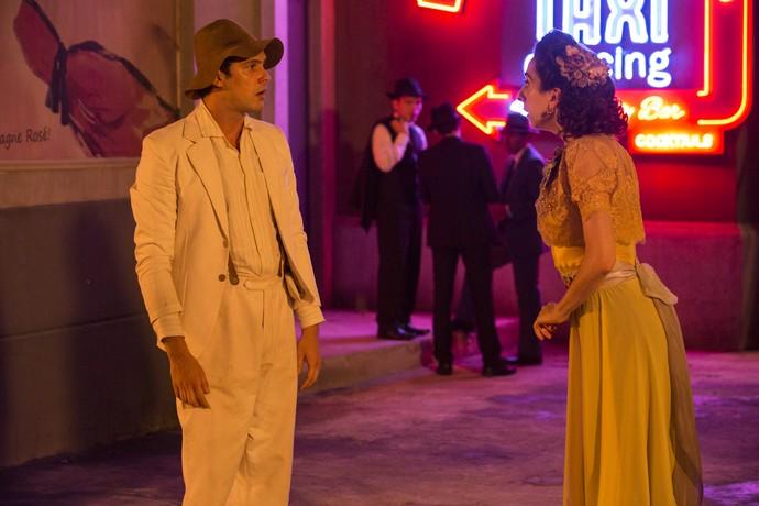 Clarice vai atrás do caipira e propõe marcar um encontro entre ele e Filomena (Foto: Fábio Rocha / Gshow)