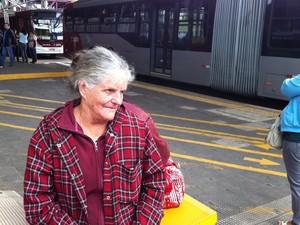 Aposentada Janete Rossi,74 anos, aguardava há uma hora o ônibus no Terminal João Dias para ir a Santo Amaro (Foto: Letícia Macedo/G1)