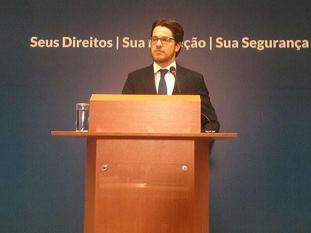 O secretário Nacional de Justiça, Beto Vasconcelos, durante anúncio de prorrogação de visto a refugiados sírios (Foto: Mateus Rodrigues/G1)