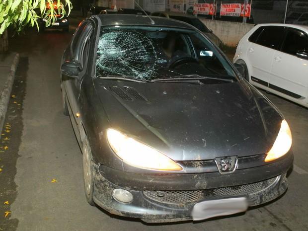 Carro ficou com o vidro trincado após o atropelamento em Maricá (Foto: Foto: Romário Barros/Lei Seca Maricá)
