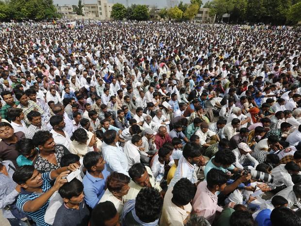 Membros da casta mais baixa da Índia, os 'dalits', em foto do dia 15/08: protesto foi organizado na cidade de Una, após quatro homens da casta mais baixa terem sido espancados após tentarem pegar o couro de uma vaca morta. Vídeo mostrou os agressores usan (Foto: AP Photo/Ajit Solanki)