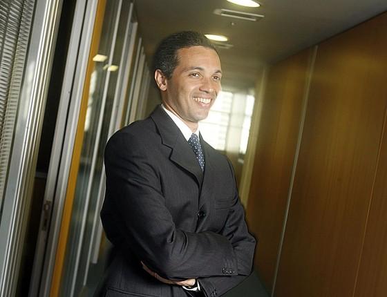 Márcio Lobão, presidente da Brasilcap, posa para fotos em seu escritório no prédio do Banco do Brasil em foto de 2009 (Foto: Rafael Andrade/Folhapress)