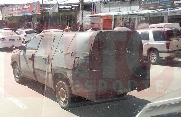 Picape Fiat 226 é flagrada rodando por Jaboatão dos Guararapes (PE) (Foto: Marcos Barboza/Autoesporte)