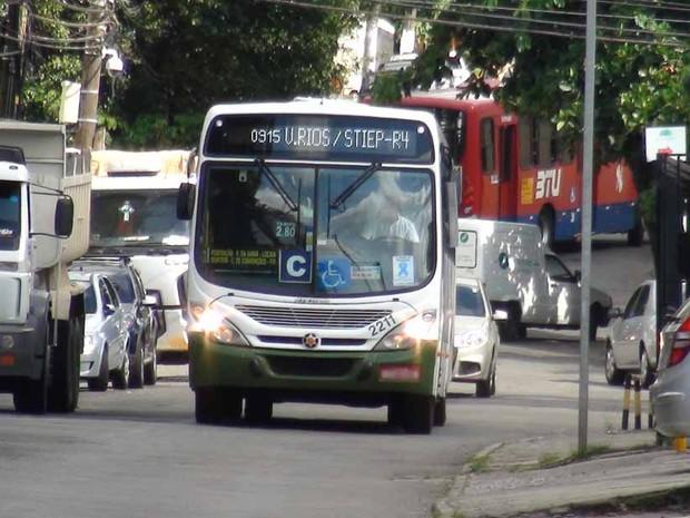 Motoristas fazem retorno na Rua Aristides Novis, em Salvador (Foto: Ruan Melo/ G1)