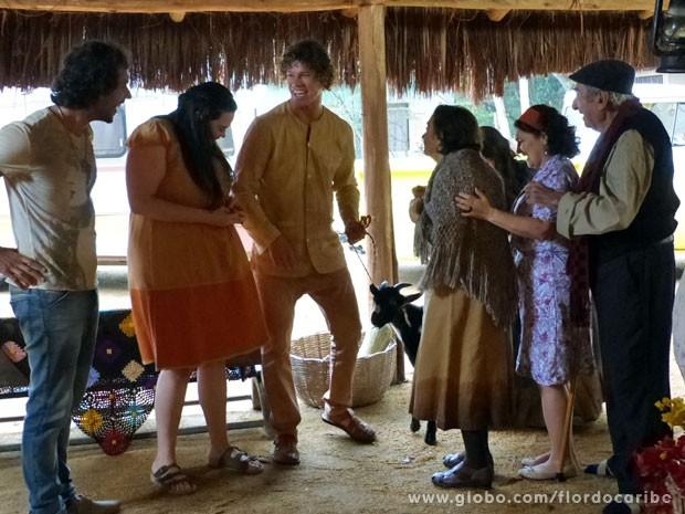 Família fica feliz com volta de Veridiana e chegada do bode Joaquim (Foto: Flor do Caribe/TV Globo)