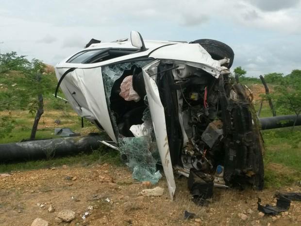 Criminosos capotaram carro na manhã desta segunda-feira (1º) (Foto: Divulgação/PM)