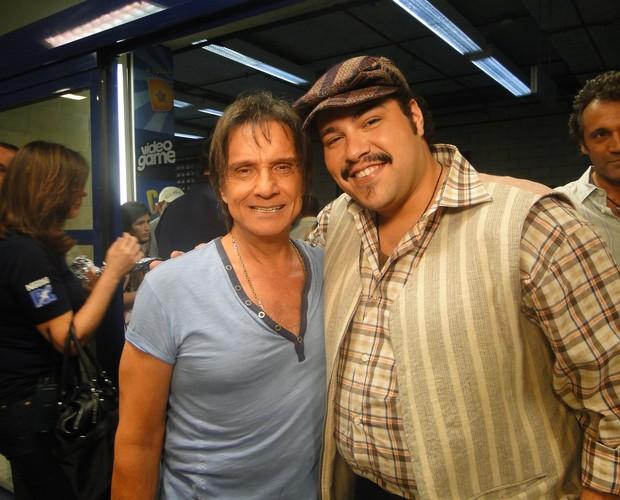 Tiago Abravanel cumprimenta rei nos bastidores da Pizza do Faustão (Foto: Domingão do Faustão / TV Globo)