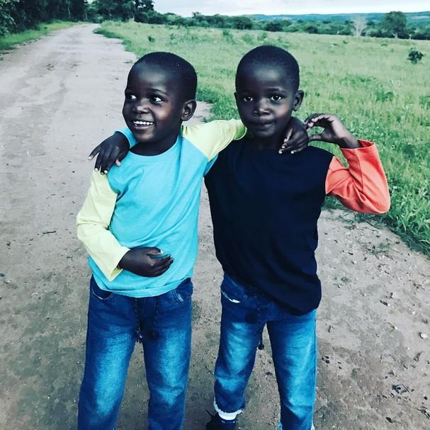 Há um ano, Estere e Stelle passeavam com a mãe no Malawi (Foto: Instagram/Reprodução)