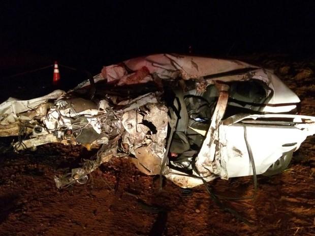 Veículo capotou e só parou 25 metros depois do local do acidente (Foto: Divulgação / Corpo de Bombeiros)