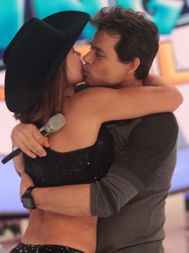 Gaby recebe o carinho do apresentador Celso Portiolli (Foto: Leo Franco/AgNews)