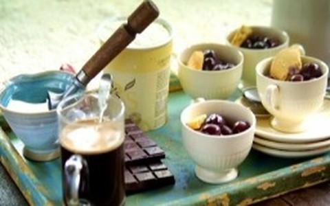 Affogato de baunilha: café, cereja e sorvete