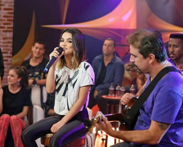 Manu Gavassi canta e Rogerio Vaz toca violão (Foto: Isabella Pinheiro/Gshow)