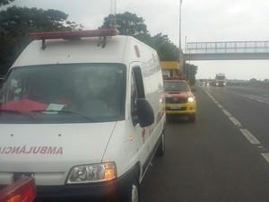 Ambulância foi sequestrada em rodovia (Foto: Guarda Civil Municipal/Divulgação)