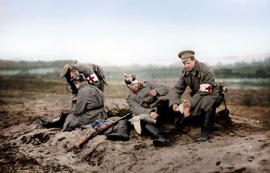Profissionais da Cruz Vermelha socorrendo soldados russos durante a Segunda Guerra Mundial (Foto: Reprodução)