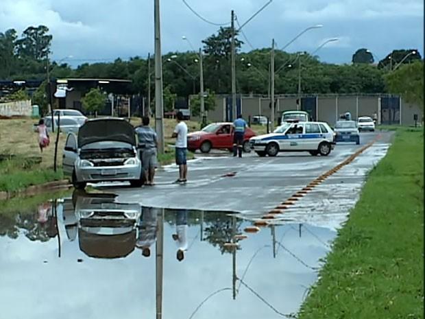 Motorista teve problemas com carro ao tentar passar pela rua alagada (Foto: Reprodução/TV Integração)