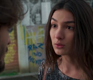 Luciana quer saber o que está acontecendo com Roger (Foto: TV Globo)