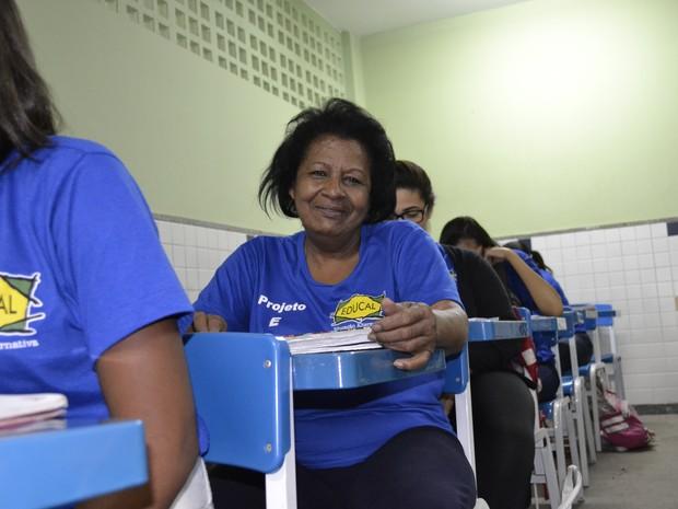 Natércia na sala de aula, no projeto Educal (Foto: Naiara Arpini/ G1 ES)