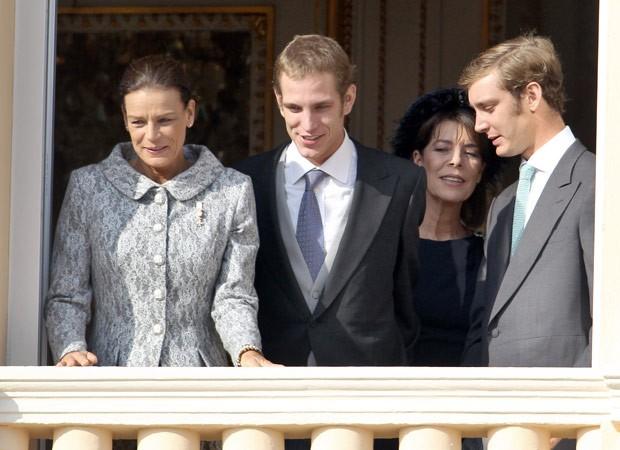 Andrea Casiraghi (ao centro), ao lado da tia, Stephanie (esq.) e da mãe, Caroline, além do irmão Pierre, no Palácio de Mônaco durante Dia Nacional, em novembro (Foto: Valery Hache / AFP)
