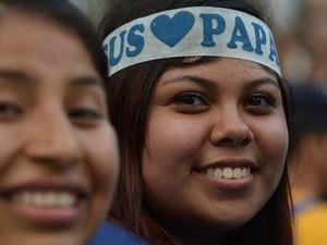 Peregrina usa faixa com nome do Papa na cabeça (Foto: Gabriel Bouys/AFP)
