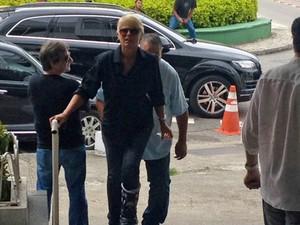 Xuxa chegou ao velório de João Araújo às 14h50 com uma bota de imobilização na perna esquerda (Foto: Cristiane Cardoso/G1)
