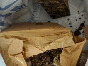 476 gramas de maconha prensada estavam escondidos na geladeira (Foto: Polícia Militar/Divulgação)
