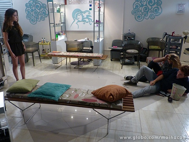 Flaviana flagra Serguei e Meg juntos no chão e dá piti (Foto: Malhação / TV Globo)