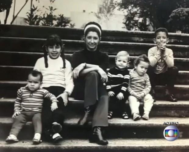 Ana na juventude ao lado dos filhos (Foto: Reprodução/ TV Globo)