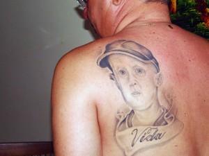 Normando Feitosa, pai de Nathan, tatuou o rosto do filho nas costas (Foto: Ricardo Araújo/G1)