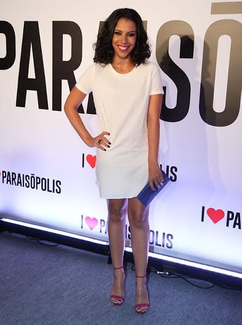 Maria Paula Lima apostou em um vestido branco, com uma sandália rosa e uma bolsa azul. A combinação do look ficou perfeita!  (Foto: Fabiano Battaglin/ Gshow)