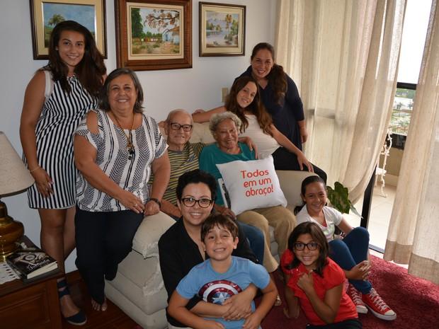 Seu Francisco e dona Glayds junto com parte da família em Campinas (Foto: Marcello Carvalho/G1)