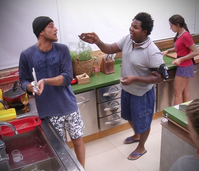 Daniel e Ronan briga Manhã casa 03_02 (Foto: TV Globo)