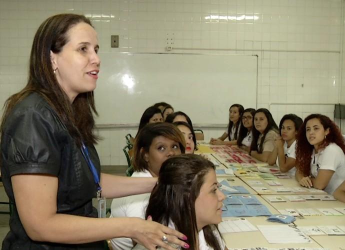 Tânia Regina conversou com alunos do curso normal (Foto: Rio Sul Revista)