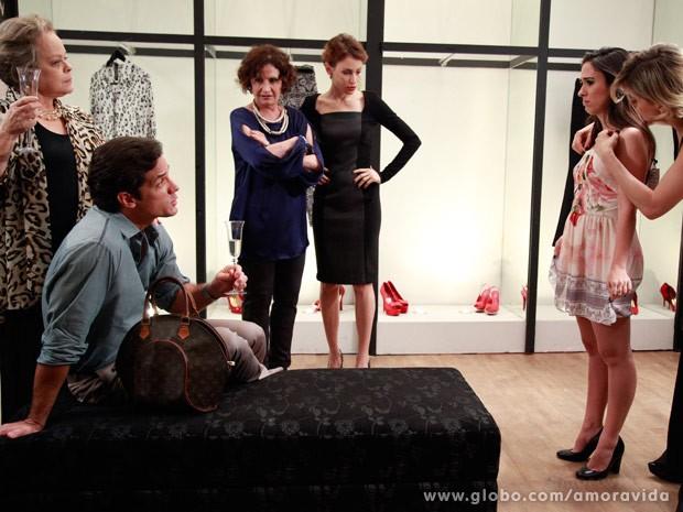Ignácio aprova os looks comportados (Foto: Ellen Soares/TV Globo)