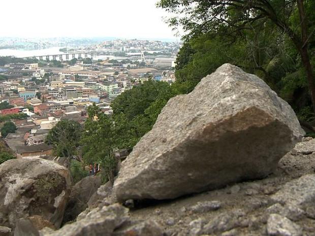 Outras pedras correm risco de deslizar no Morro da Boa Vista (Foto: Reprodução/ TV Gazeta)