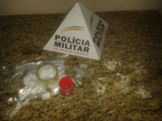 Drogas estavam escondidas na parede da casinha de cachorro (Foto: Polícia Militar/Divulgação)