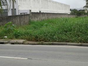 Leitor de Mogi diz que mato de terreno atrapalha pedestres. (Foto:  Jose Raimundo Goncalves/VC no G1)